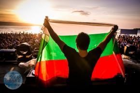 FEDDE LE GRAND развя българското знаме на CACAO BEACH